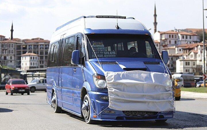 Ankarada da bir minibüsçü, koronavirüse dikkat çekmek için ilginç bir yönteme başvurdu. Aracına dev bir maske takan Adem Kaya, dezenfeksiyon çalışmalarını da anlattı.