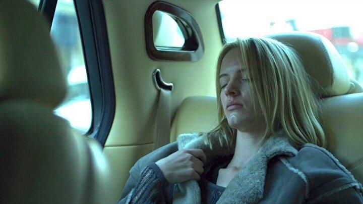 Filmde Gwyneth Paltrowın canlandırdığı bir iş kadın olan Elizabeth Beth Emhoff, Çin seyahati sırasında kaptığı esrarengiz ve öldürücü bir virüs sebebiyle hayatını kaybediyordu.