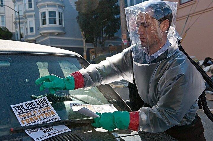 Contagion filminde bulaştığı kişilerde ilk olarak gribe benzer semptomlar gösteren hastalık kısa sürede tüm dünyada binlerce kişiyi etkiliyor.