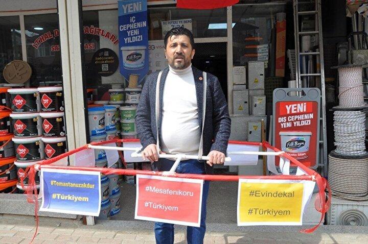 Gaziantepin Islahiye ilçesinde Mustafa Gebelek, kendisini koronavirüsten koruyabilmek için demir borulardan bir 1,5 metrelik bir aparat geliştirdi.