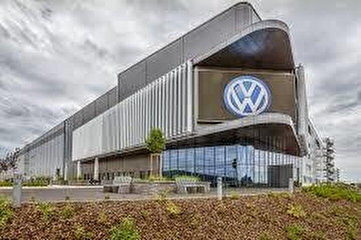 Alman şirketi Volkswagen de fabrikalarında üretimi iki haftalığına durdurdu.