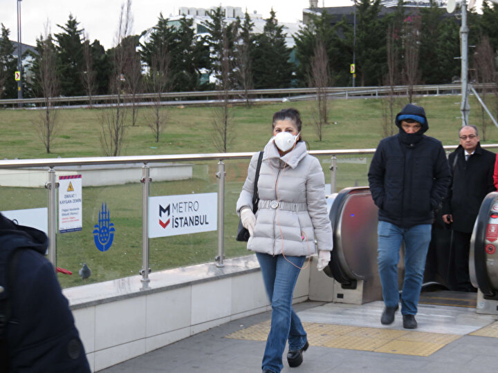 Sabah saatlerinde genellikle yoğunluğun yaşandığı Altunizade Metrobüs Durağında, bugün yoğunluk yaşanmadı. Vatandaşların koronavirüse karşı önlem aldıkları görüldü. Maske ve eldiven takan yolcular, metrobüse binmeden ellerini dezenfekte etti.