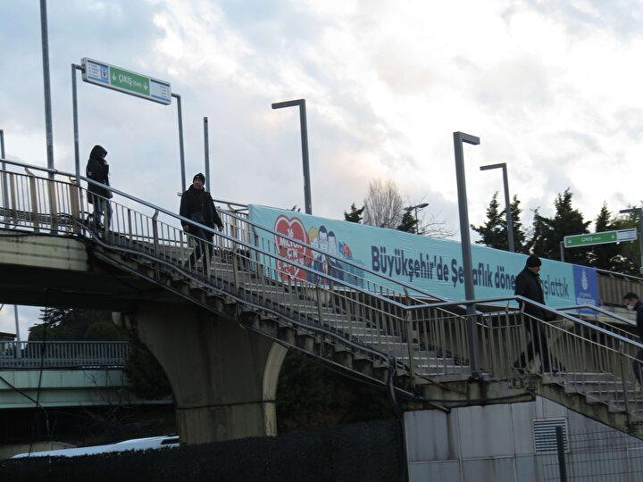 İstanbulda vatandaşların koronavirüs salgını nedeniyle evden çıkmaması sonucunda toplu taşıma araçları ve sokaklar da boş kaldı. Normalde sabah ve akşam saatlerinde oldukça yoğun olan Altunizade ve Cevizlibağ metrobüs duraklarında, yoğunluk yaşanmadı. Metrobüsü kullanan vatandaşların eldiven ile maske takarak önlem aldığı ve dezenfekte kullandıkları görüldü.