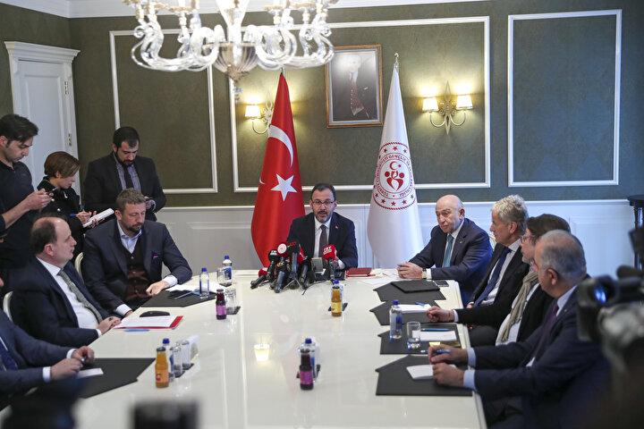 Gençlik ve Spor Bakanı Mehmet Muharrem Kasapoğlu, Federasyon Başkanları ve Kulüpleri Birliği Başkanı ile yaptığı toplantı sonrasında koronavirüs salgınına karşı alınan önlemler kapsamında tüm liglerin ertelendiğini açıkladı.