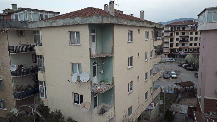 Olay sonrası apartman sakinleri evlerinden çıkarak sokağa çıktı.