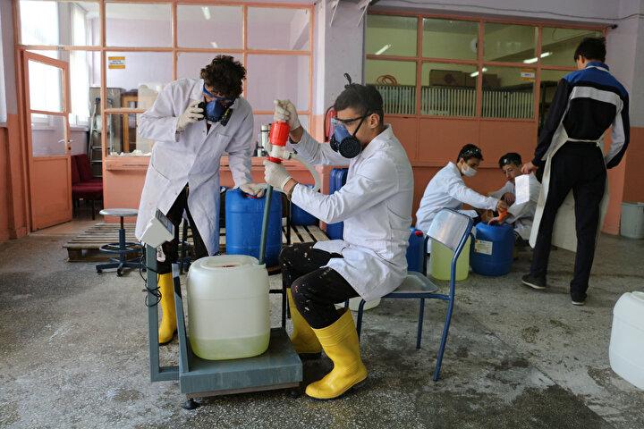 Karabasmaz, 2 öğretmen ile toplam 20 öğrencinin dezenfektan ürünleri ürettiğini söyleyerek, Koronavirüse biz Çankırı Mesleki ve Teknik Anadolu Lisesi olarak savaşımızı açtık. Bununla ilgili mücadelemizi yapıyoruz. Şu anda kimya teknolojileri alanımızda bakanlığımızla yapmış olduğumuz istişareyle ilimizin tüm dezenfektan ürünlerini karşılamak için çalışıyoruz. Günlük 500 kilogram olan üretimi 3 tona çıkardık dedi.