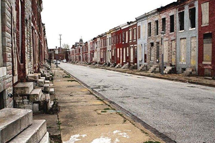 Şehirde sık sık işlenen cinayetler ve itaatsiz gruplar nedeniyle sokağa çıkma yasağı ilan ediliyor.