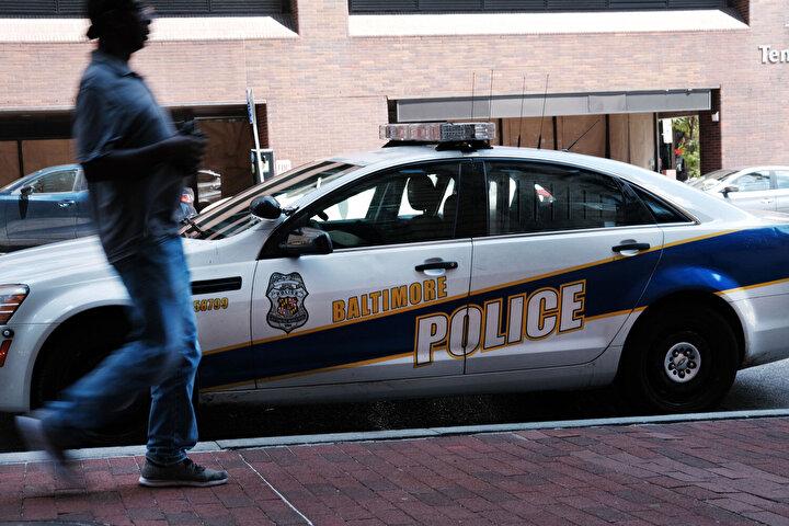 """Güvenlik güçleri, salgının daha da yayılmasını önlemek amacıyla oto hırsızı, uyuşturucu satıcıları gibi """"cana kastetmeyen"""" suçluları yakaladıklarında tutuklamak yerine serbest bırakıyor."""