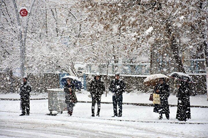 """Sabah uyandığında lapa lapa kar yağışıyla karşılaştığını ifade eden vatandaşlardan Remzi Yumlu, """"Köy yollarımız kapandı, zor bir şekilde şehre geldik. Şu anda kışımız yeni geldi. Mart ayında kar görmek çok iyi bir şey. İnşallah berekettir bu kar dedi."""