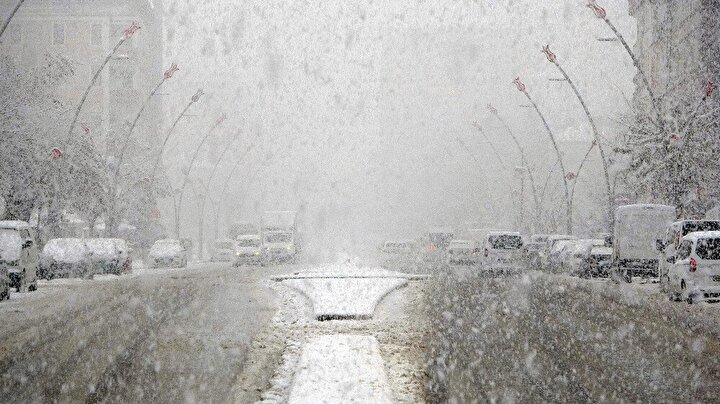 Muşta etkili olan kar yağışı ve tipi nedeniyle 35 köy yolu ulaşıma kapanırken, mart ayında yağan kar ise şaşkınlığa neden oldu.