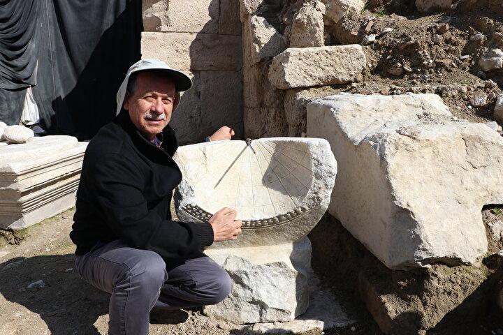 Prof. Dr. Şimşek, Laodikyada kuzey ve batıda birer tiyatronun bulunduğunu belirtti.