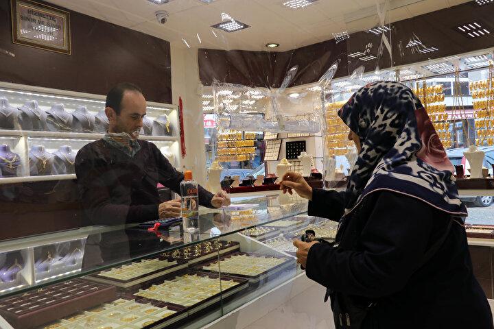 Edirnenin Keşan ilçesindeki bir kuyumcu dükkanında koronavirüse karşı önlem olarak tezgah ile müşterilerin bulunduğu alan şeffaf naylonla ayrıldı. Alışveriş için gelen müşteriler, uygulamadan memnun olduklarını söyledi.