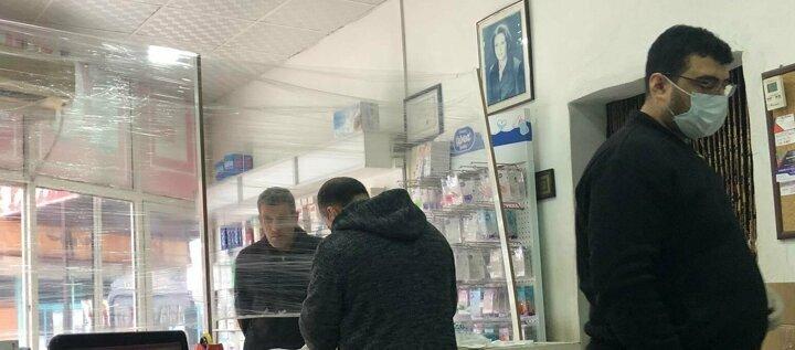 Şanlıurfanın Suruç ve Viranşehir ilçelerinde faaliyet gösteren bazı eczaneler, koronavirüs önlemi olarak tezgah ile müşterilerin bulunduğu alanı şeffaf naylonla ayırdı. İlaç almaya gelen müşteriler, bu uygulamadan dolayı eczacılara teşekkür etti.