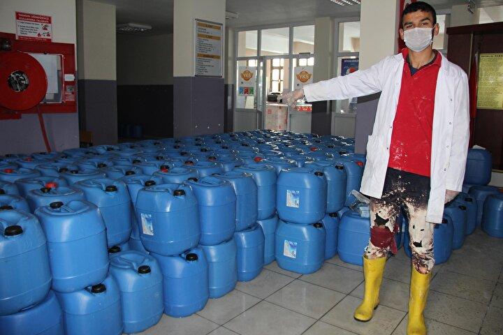 Okuldaki atölyede üretim yapan öğrenciler, Çinde ortaya çıkan ve tüm dünyaya yayılan koronavirüs salgınının Türkiyede de görülmesi ardından dezenfektan ihtiyacını karşılamak için üretimi artırdı.