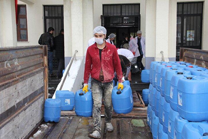 İl Milli Eğitim Müdür Yardımcısı Fatih Gökhan Kolukısa ise, okullarının dezenfektan üretiminde yoğun bir mesai harcadığını kaydederek, Hem ortam dezenfektanı hem de el dezenfektanı üretiliyor. Bugüne kadar toplam 540 ton sipariş aldık. Bunun 150 tonunu teslim ettik. Çocuklarımız hem yaparak öğreniyor hem de ürettiklerini ülkeye katkı olarak sunuyorlar. Bu bizim için çok değerli. Şehir dışından ürünler talep edildiğinde ise siparişlerimizi gerçekleştiriyoruz. Burada tamamen yerli ve milli bir üretim ile bir milli sermaye gerçekleşiyor diye konuştu.