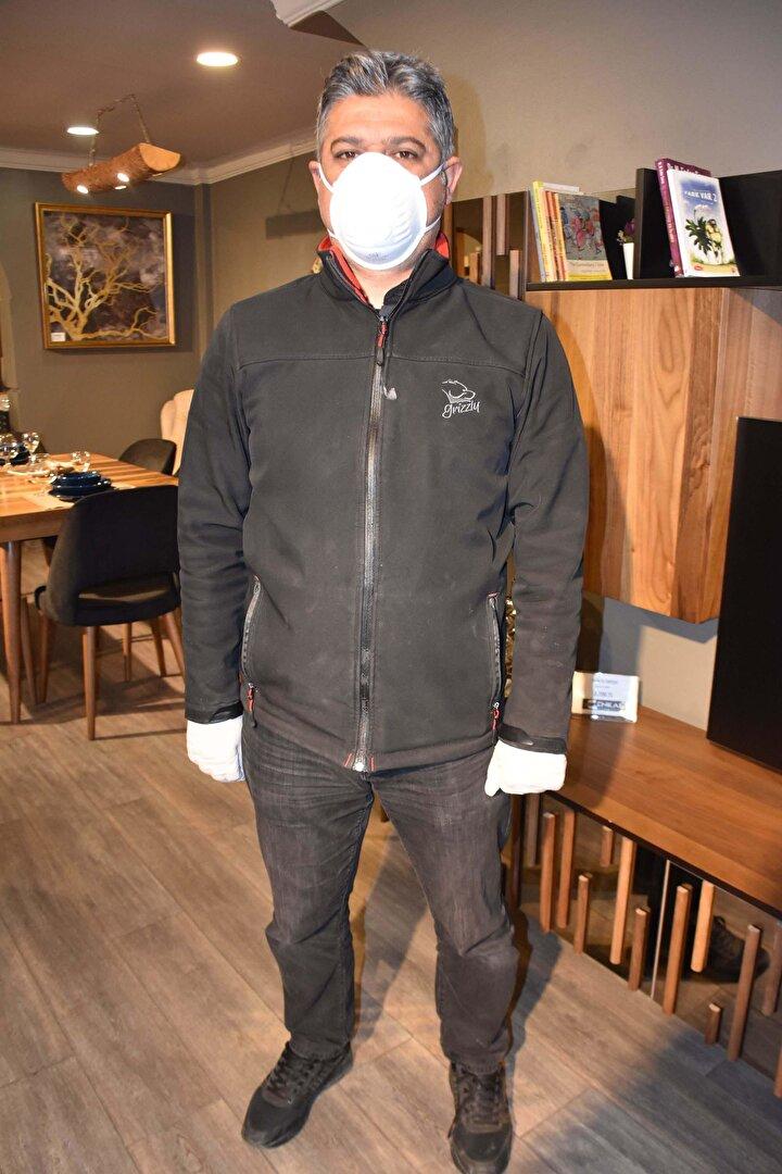 Şeren, kötü niyetli kişilere karşı uyarıda da bulunarak, Dezenfekte, ortamı virüslerden koruma anlamına gelir. Bir binada ne kadar çok insan sirkülasyonu varsa o kadar sık ilaçlama yapmak gerekir. İlaçlamanın metrekare hesabına göre ücreti de değişir. Bunun bedeli 250 liradan başlayıp bin liraya kadar çıkabiliyor. Ancak koronavirüsü fırsata çevirenler var. Bu durumdan istifade ediyorlar ifadelerini kullandı.