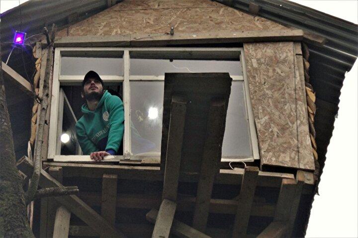 Tahsin Öztürk, Merkez mahallesindeki evinin yanında bulunan 8 metre yüksekliğindeki kiraz ağacının tepesine, 8 metrekarelik ağaç ev yaptı.