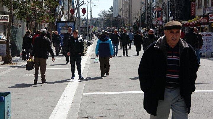 Caddenin pek çok noktasına asılan 14 kuralın bulunduğu yazıyı dikkate almayan vatandaşlardan bazılarının sosyal mesafeye uymayıp tokalaşmaları da görüntülere yansıdı.