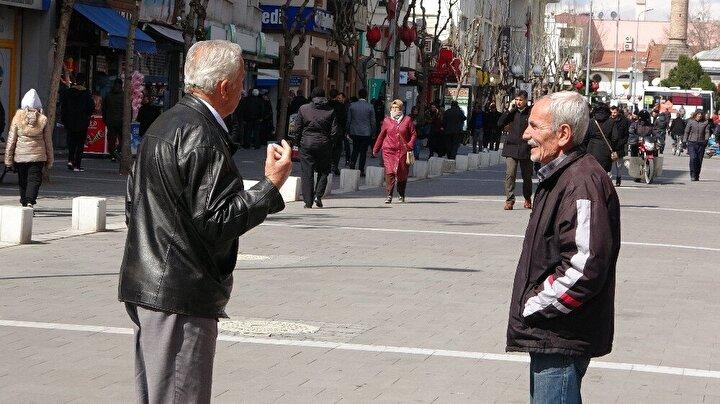 Özellikle yaşlı vatandaşların çoğunluk oluşturduğu kalabalıkta kimilerinin maske ve eldiven takarak önlem aldığı görülürken, kimilerinin ise banklarda yan yana oturarak dakikalarca sohbet etmesi dikkat çekti.