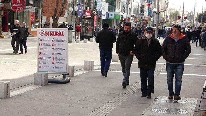 Yapılan evde kal uyarılarına ve virüs salgınına aldırış etmeyen onlarca vatandaş sıcak havanın da etkisiyle caddede yoğun kalabalık oluşturdu.