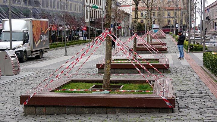 Koronavirüs nedeniyle yurdun birçok noktasında alınan önlemler sürüyor. Trabzonda bank ve oturma gruplarına, Hayde eve yazılı levhalar monte edilip, evde kalınması çağrısı yapıldı.