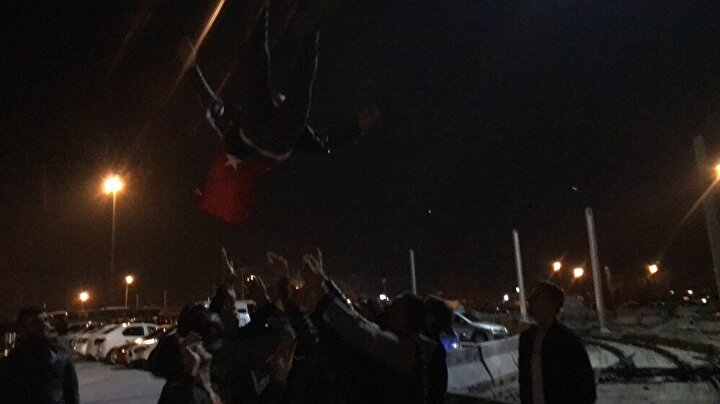 İçişleri Bakan'ı açıklamasından sonra Bursa şehirler arası otogarında asker uğurlayanlara halay çekenlere ve askere giden kişiyi havaya fırlatanlara polis ekipleri müdahalede etti.