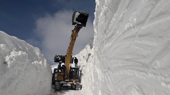 İl Özel İdaresi ve ilçelerdeki şantiye şefliklerine bağlı ekipler, zorlu doğa koşullarına rağmen karla mücadele çalışmalarını sürdürüyor.