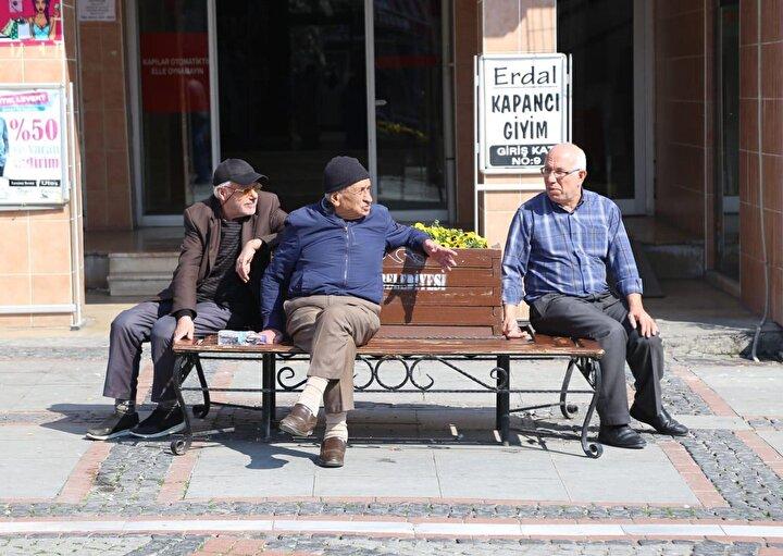 Bu arada, Türkiyede 65 yaş ve üstü vatandaşlar için dün gece sokağa çıkma yasağı getirildi.