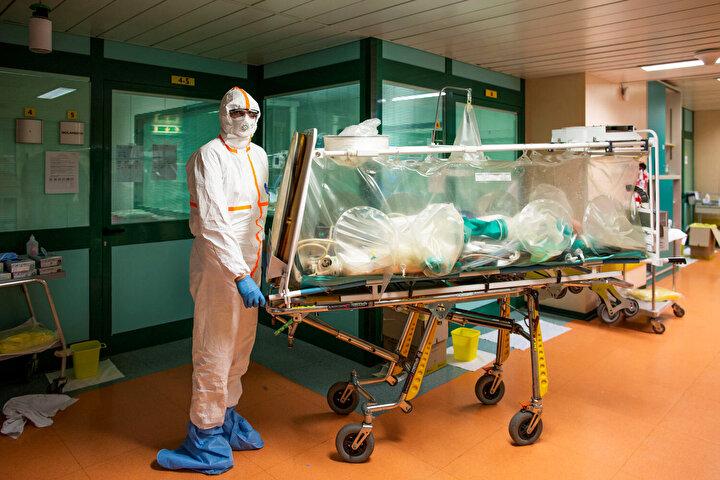 Bayraktar şöyle devam etti: Şu anda tüm dünya ülkeleri solunum cihazı eksikliğini gidermek için gelişmiş bir cihaz olan medikal ventilatör üretimlerinin peşine düştü. Son dönemde Türkiyede uygulanan Ar-Ge politikaları ve destekleri sayesinde ortaya çıkan teknoloji girişimi firması Biosysin geliştirdiği yerli yoğun bakım ventilatörleri pilot düzeyde üretildi ve ülkemizde başarıyla kullanılıyor. Bu cihazları, gerekmesi halinde Türkiyede kullanılmak ya da ihtiyaç sahibi dost ve kardeş ülkelere gönderilmek üzere devletimizin ilgili kurumlarına hediye edeceğiz. Tüm Teknofest paydaşlarımızı ve diğer katkı vermek isteyenleri, imkanları dahilinde bu kampanyaya katılmaya davet ediyorum. Hep birlikte başaracağız.