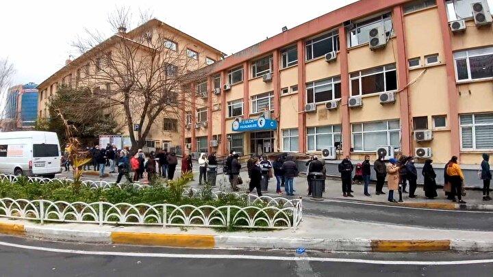 Test yaptırmak isteyen vatandaşların hastane bahçesinde uzun kuyruklar oluşturduğu görüldü. Hastane bahçesinde test kuyruğu, vatandaşlar tarafından cep telefonuyla görüntülendi.