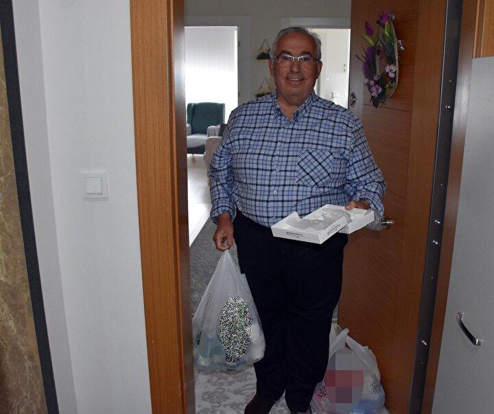 Kendisi için alışveriş yapan polis ekiplerine teşekkür eden Salim Altunhan, 65 yaş üstü olduğumuz için evden çıkamıyoruz. Bu nedenle telefonla 112yi  arayıp yardım istedim Onlar da beni 155 polis hattına yönlendirdi. Telefona çıkan polis ekiplerinden marketten alışveriş için yardım istedim. Onlar da çok kısa sürede gelip, siparişleri liste halinde not alıp gittikleri markette alışverişi yaptılar ve bana getirdiler. Bu uygulamadan çok memnunum dedi.