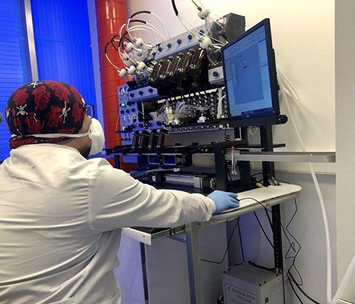 Ankarada faaliyet gösteren bir biyoteknoloji firması da COVID-19un teşhisine yönelik bir tanı kiti geliştirdi. Üretimi 3 aşamadan oluşan kit, hastanın durumuna göre 10 ile 20 dakika arasında sonuç verirken, yurt dışından da talep görüyor.