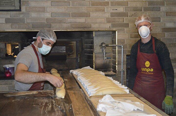 Uygulamanın çok güzel olduğunu ifade eden müşterilerden Kemal Gül ise, Sürekli buradan ekmek alıyoruz. Paramız olmadığı zamanlarda da sıkıntısız bir şekilde ekmeğimizi gelip alabiliyoruz. Allah kendilerinden razı olsun. Şu an halkımız çok zor durumda. İsteyen gelip ekmeğini alabiliyor diye konuştu.