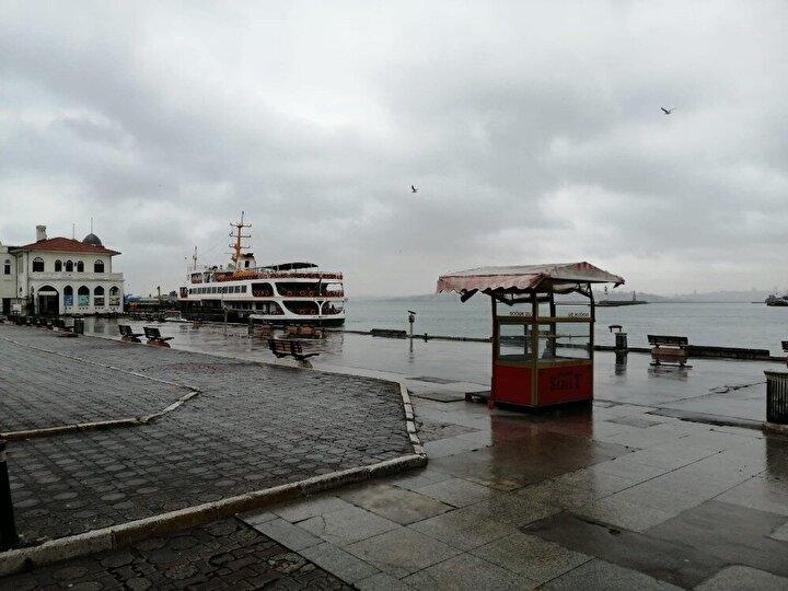 Öte yandan yerli ve yabancı turistlerin buluşma noktası olan Kadıköy meydanı boş kaldı. Boş olan meydan drone ile havadan görüntülendi.