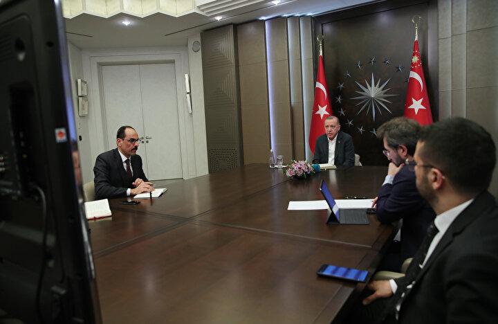Erdoğan, Dışişleri Bakanı Mevlüt Çavuşoğlu ile görüşmesinde Bu kadar yakın olmamanız lazım birbirinize. Kaç metre var aranızda. En az 1.5 metre olmalı diyerek sosyal mesafe uyarısında bulundu.