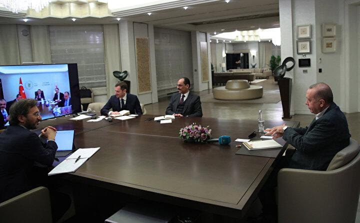 Toplantıda Cumhurbaşkanı Erdoğana İletişim Başkanı Fahrettin Altun ve Cumhurbaşkanlığı sözcüsü İbrahim Kalın da eşlik etti.