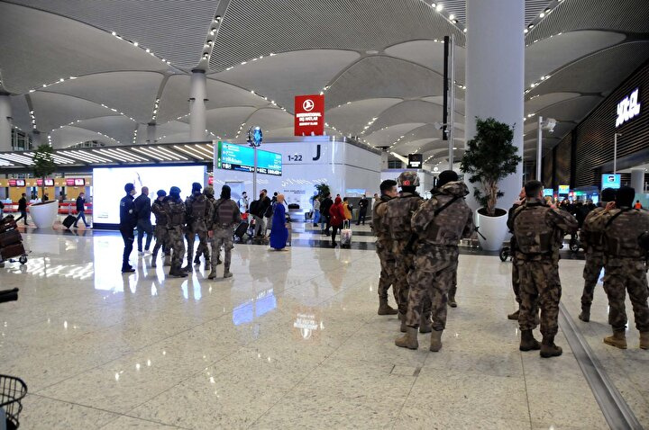 Aralarında Cezayir, Ürdün ve Tunusluların da bulunduğu yaklaşık 1500 yabancı yolcu, güvenlik görevlileri eşliğinde otobüslere bindirildi.