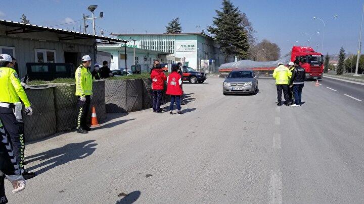 UMKE görevlileri de cihazla ateşleri ölçülen sürücülere koronavirüs ile ilgili bilgiler vererek, sosyal mesafe uyarısında bulundu. Ayrıca sürücü ve yolculara bilgilendirme broşürleri dağıtıldı.