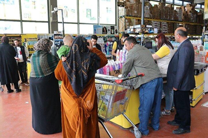Markette görevli personelin tamamı ise eldivenli ve maskeli hizmet veriyor.