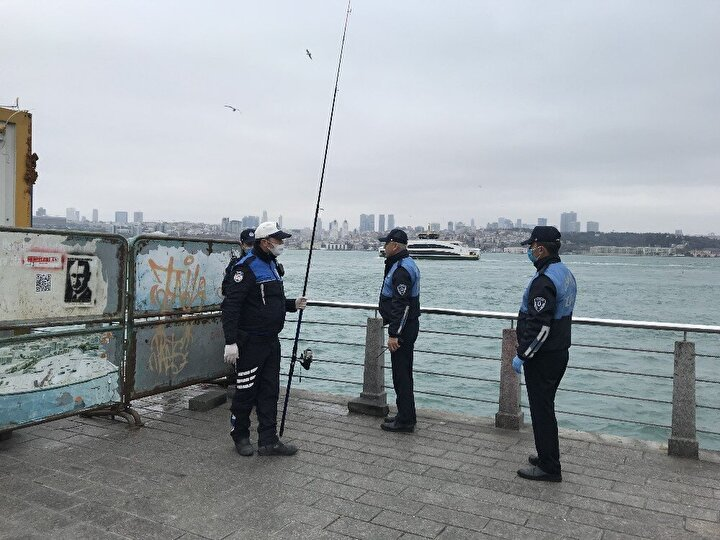İstanbulda Sağlık Bakanlığının korona virüs salgınına karşı evde kalınması uyarılarına uymayarak sahillerde balık tutmaya devam eden vatandaşlara karşı Üsküdar Belediyesi ve Kaymakamlığı harekete geçti.