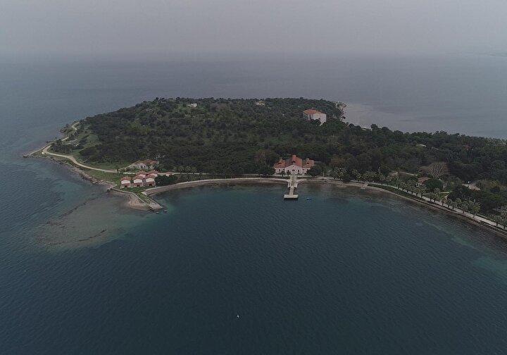 Urla Karantina Adasının 1865-1869 yılları arasında faaliyete geçirildiğini söyleyen Urla Karantina Adası Müdürü Turgut Yılmaz, İzmirde karantina ilk kez 1840 yılında Karantina Semti olarak isimlendirilen semtte uygulanıyor. İzmir şehri hızla büyüdüğünden demiryolu ve ticarette hacmi arttığından, şehir içinde kalan bu izolasyon merkezi, Urlaya taşınıyor. 1866 yılına kadar karantina süresi ve uygulamalarında dünyada belirlenmiş bir standart ve bilimsellik yok. Bu standardın olmaması seyahatleri kısıtlıyor ve bunun sonucunda İstanbul Konferansında kolera bakterisini baz alarak bilimsel uygulamalar başlatılıyor. Burası da bilimsel karantina kapsamında yapılmış ilk yerdir. Bu adanın günümüz karantina merkezlerinden hiçbir farkı yok. Çalışma sistemi tamamen aynıdır dedi.
