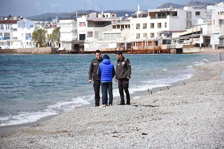 Antalya ve Muğla gibi turizm merkezlerinde koronavirüs (Kovid-19) tedbirleri kapsamında sahil ve plajlar en sakin günlerini yaşıyor. Muğlanın Bodrum ilçesinde Paşatarlası, Kumbahçe, Gümbet, Ortakent-Yahşi ve Torba sahillerinin boş olduğu gözlendi. Özellikle hafta sonları oldukça kalabalık olan bölgelerin sakin olduğu, insanların alınan tedbirlere uyduğu görüldü. İlçede, emniyet güçleri de sahil kenarında devriye görevi yaptı.