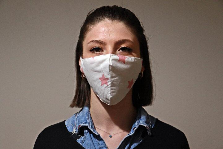. Evde boş durmayan Pank, dikiş makinesini evinin mutfağına yerleştirdi, kumaştan maske dikimine başladı.