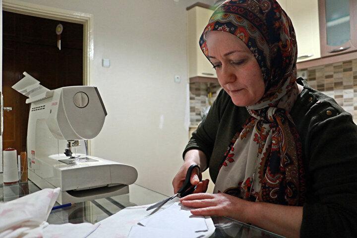 Samsunda, çeyiz işi yapan Hatice Pank (42) koronavirüse karşı alınan önlemler kapsamında atölyesini kapattı, evinin mutfağına taşıdığı dikiş makinesiyle sipariş üzerine maske dikimine başladı.