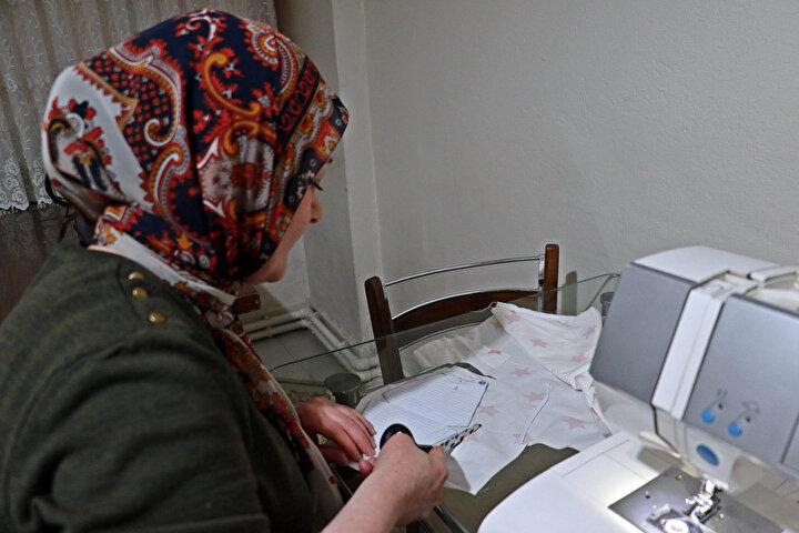 Samsunda, 10 yıldır çeyiz işi yapan 1 çocuk annesi Hatice Pank, koronavirüs salgınına karşı alınan tedbirler kapsamında atölyesini geçici süreyle kapattı.