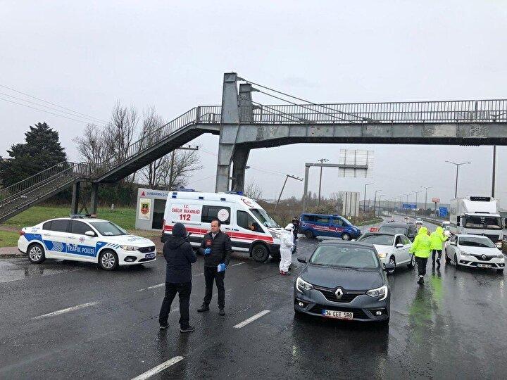 Denetimlerde midibüs, otobüs, özel araç ve servis araçlarını durduran ekipler, sürücülere yasağa uymaları konusunda uyarılarda bulundu.