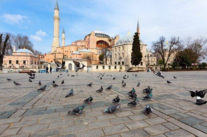 Vali Yerlikaya, Twitter hesabından yaptığı paylaşımda, şu ifadelere yer verdi:Meydanlarımızı kuşlara, sahilimizi martılara bıraktık. Bu güzellikleri doyasıya yaşamak ve sevdiklerimizle paylaşmak için, sağlığın, ailen, sevdiklerin, İstanbul ve ülkemiz için 48 saat hiç çıkma,  Evinde kal İstanbul.
