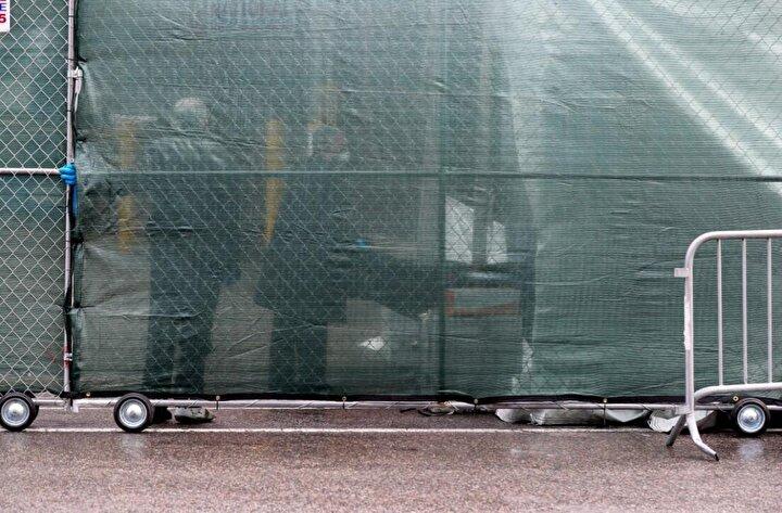 New York şehrinde, morg kapasitesinin ek çadır ve mobil morglarla yaklaşık 4 kat artırıldığı bildirilmişti.