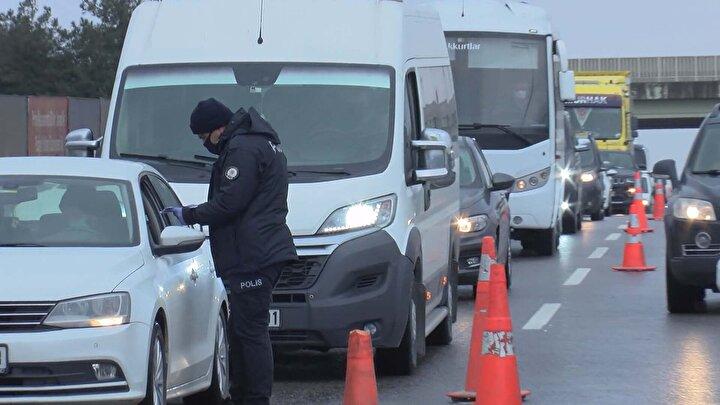 Tuzladaki denetim noktasında, Kocaeli istikametine gitmek isteyen vatandaşlara trafik polisi ekipleri seyahat izin belgesi, çalışma ve ikametgah belgeleri sordu.