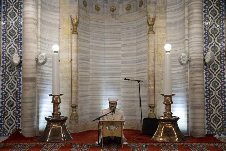 Edirne Müftü Vekili Hüseyin Okuş ile Selimiye Camisi İmam Hatibi ve Müezzini Yusuf Serenli, sosyal mesafe kuralına uyarak dua etti ve Kuran-ı Kerim okudu.